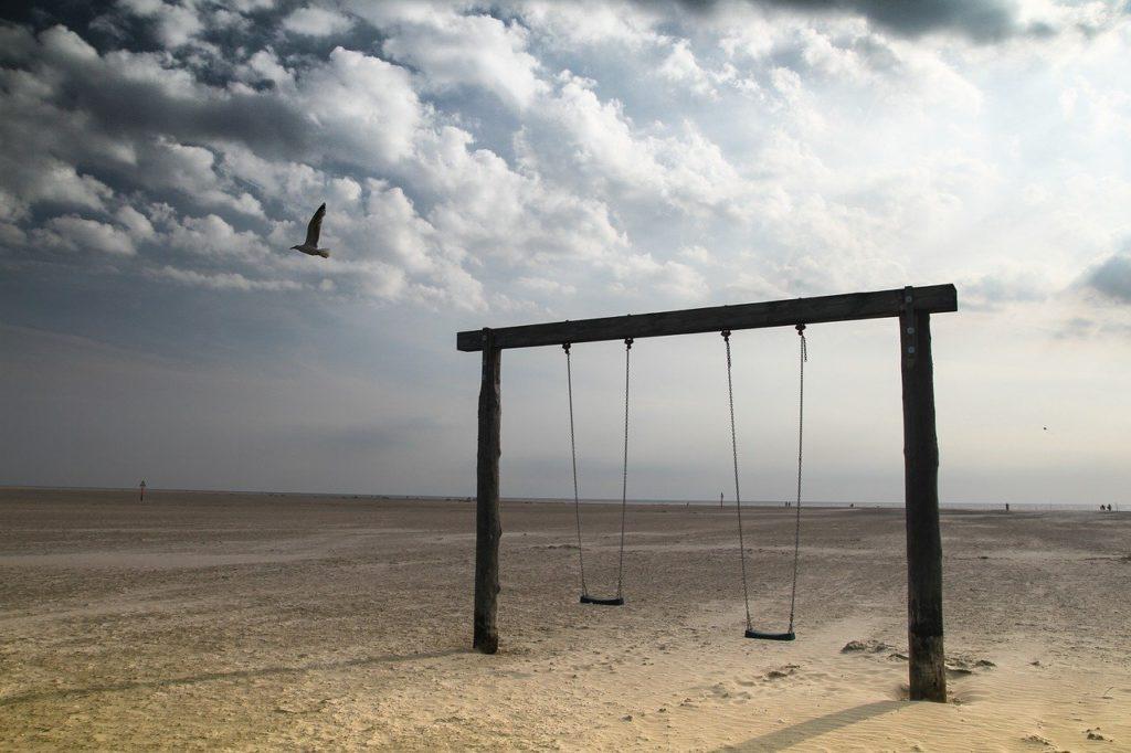 Strand mit einem Spielplatz, die Suche ist erlaubt.